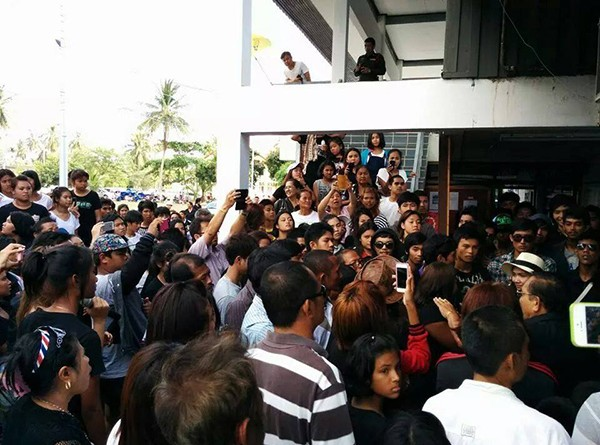 About 500 people surround the police station in Koh Phangan on Friday to press police to better handle a murder case