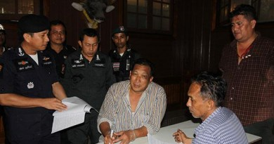 Police question Chanin Phetsri (centre) after arresting him on charges of attempted murder in connection with gunfire at a resort next door to a property he owns at Haad Rin beach on Koh Phangan on Jan 12. (Photo with friendly support from Bangkok Post by Supapong Chaolan)