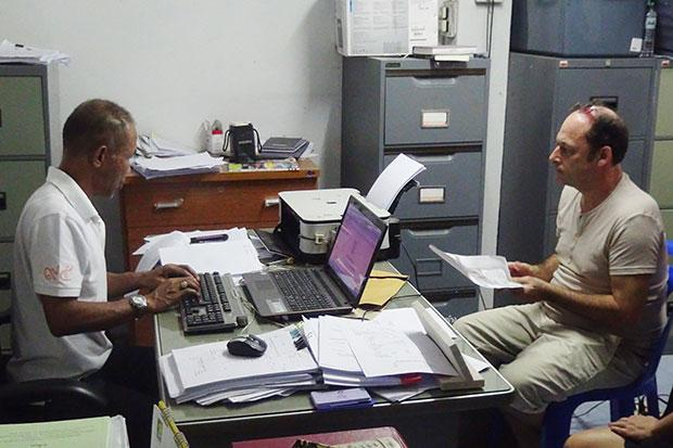 Lance Wayne Pattinson lodges a complaint with police in Koh Phangan, accusing Vissarut Dejhun, the deputy district chief, of stealing money from his club. (Photo by Bangkok Post Supapong Chaolan)