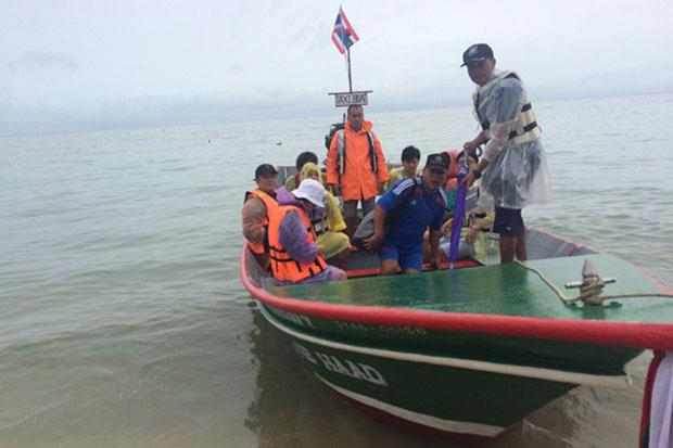The parents of the Japanese tourist join Japanese diplomats, police and resort operators in the search for him off Koh Phangan. (Photo by Bngkokpost @ Supapong Chaolan)